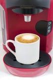 在胶囊coffe机器做的热奶咖啡 免版税库存图片
