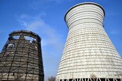 在能源厂的新和老煤炭存贮 库存照片