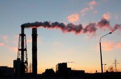在能源厂的烟囱 免版税库存图片