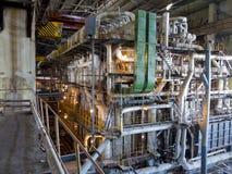 在能源厂,晚上场面里面的巨型管道、管和设备 免版税图库摄影