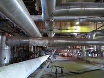 在能源厂,晚上场面里面的巨型管道、管和设备 免版税库存照片