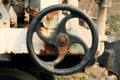 在能源厂,金属工艺产业的老和生锈的工业管子阀门:链轮机器 免版税图库摄影