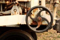 在能源厂,金属工艺产业的老和生锈的工业管子阀门:链轮机器 库存照片