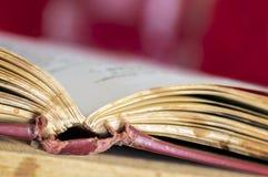在脊椎被弄脏的背景的旧书开放焦点 库存图片
