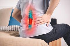 在脊椎,一个人的痛苦以在家腰疼,在低后的伤害 免版税图库摄影