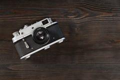 在脏的木背景的葡萄酒照相机 库存照片