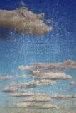 在脏的背景的云彩 免版税库存照片