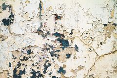 在一种脏的腐蚀性金属的老油漆 库存图片
