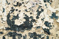 在一种脏的腐蚀性金属的老油漆 免版税库存照片