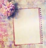 在脏的花卉背景的葡萄酒框架 免版税图库摄影