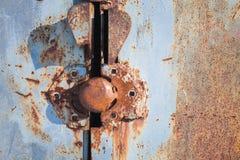 在脏的金属门的老生锈的锁 库存照片