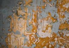 在脏的黄色墙壁上的蓝色窗口 免版税库存照片