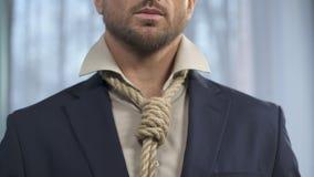 在脖子的英俊的人定象死亡绳索而不是领带,权宜婚姻 影视素材