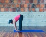 在脚姿势下的瑜伽手 库存图片