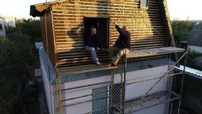 在脚手架的午餐建造者 从空气的射击 股票录像