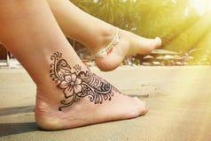 在脚的无刺指甲花纹身花刺 免版税库存图片
