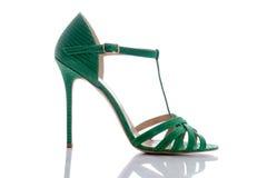在脚跟的凉鞋绿色 库存图片