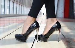 在脚跟的被上漆的鞋子 图库摄影