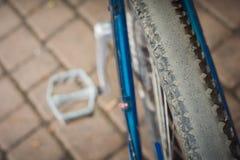 在脚蹬的背景的被摩擦的橡胶自行车车轮 免版税库存照片