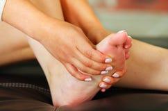 在脚,女性脚自动按摩痛苦 库存照片