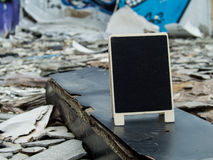 在腐朽的被放弃的木头的一个黑板在大厦混乱w中 图库摄影