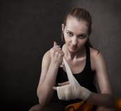 在腕子的妇女拳击手佩带的白色皮带 免版税图库摄影