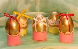 在腿的迷人的复活节彩蛋有弓的 库存照片