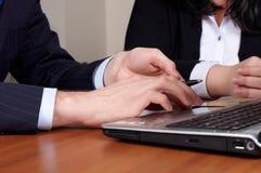 在膝上型计算机关键董事会的二个现有量  库存照片
