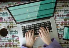 在膝上型计算机和移动电话屏幕上的书架 库存图片