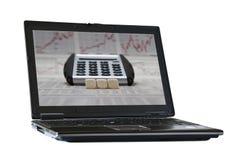 在膝上型计算机屏幕上的三个空白的立方体 免版税图库摄影