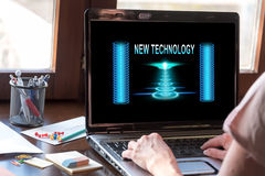 在膝上型计算机屏幕上的新技术概念 库存图片