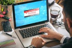 在膝上型计算机屏幕上的病毒戒备 免版税库存照片