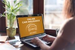 在膝上型计算机屏幕上的网上汽车保险概念 免版税库存图片