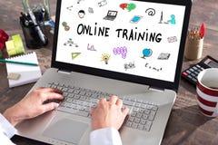 在膝上型计算机屏幕上的网上训练概念 库存照片
