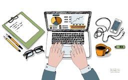 在膝上型计算机工作场所键盘的男性手  免版税库存图片