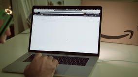 在膝上型计算机成交的亚马逊意大利头等天人购物物品的 股票视频