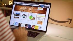 在膝上型计算机成交的亚马逊日本头等天人购物 股票视频