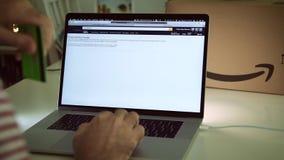 在膝上型计算机成交的亚马逊澳大利亚头等天人购物 影视素材