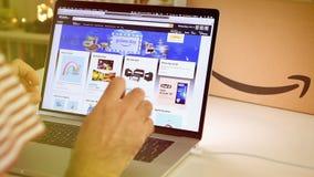 在膝上型计算机成交的亚马逊英国头等天人购物 股票视频