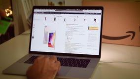 在膝上型计算机成交iPhone XS的亚马逊意大利头等天人购物 影视素材