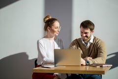 在膝上型计算机的两买卖人网络在会议上 免版税库存图片