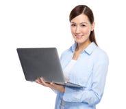 在膝上型计算机的亚洲妇女类型 库存图片