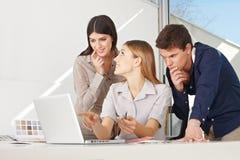 在膝上型计算机的创造性的企业小组 免版税库存照片