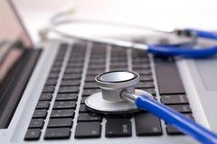 在膝上型计算机的听诊器-计算机修理和保养概念 免版税库存图片