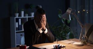 在膝上型计算机的商人完成的事务后在晚上 股票视频
