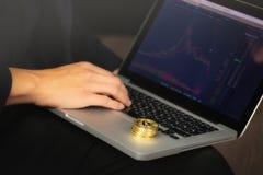 在膝上型计算机的商人有bitcoin硬币的 库存图片