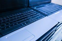 在膝上型计算机的堆有开放键盘的 库存照片