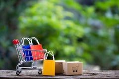 在膝上型计算机的堆箱子顾客的可能从购物和为服务/在网上电子商务概念电子internetIdea买 免版税库存图片