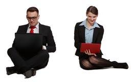 在膝上型计算机的夫妇 库存照片