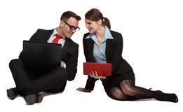 在膝上型计算机的夫妇 免版税库存图片